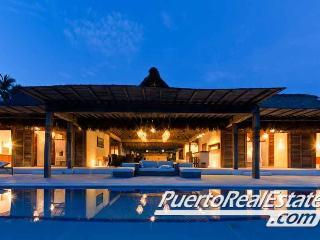 Villa Seacayuno beachfront pool view