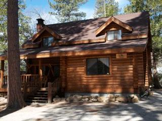 3 Bedroom 2 Bath sleeps 10 pets ok: Lovely 3 Bedroom 2 Bath log cabin within easy walking distance to the village. Great front porch with swing, poster bed upstairs, and large rock fireplace in living room.