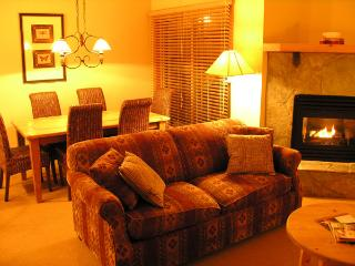 TABLE MOUNTAIN : Relax by the fireplace or enjoy the Rocky Mountain vistas from the dining table and breakfast bar