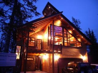 CHALET LUXE: Enjoy the timber frame structure and modern decor