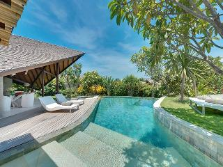 The Layar 2br - Pool steps