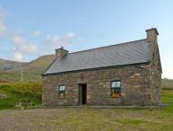AN NEAD, pet friendly, character holiday cottage, with a garden in Dingle, County Kerry, Ref 9259