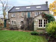 ROTHERWOOD COTTAGE, family friendly, character holiday cottage, with a garden in Matlock, Ref 11150