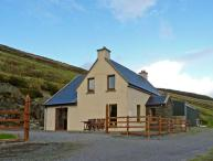 CARRAIG VIEW, pet friendly, with a garden in Ballinskelligs, County Kerry, Ref 9878