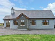 STOOKISLAND COTTAGE, ground floor cottage, dog friendly with a garden, in Cromane, Ref 14505