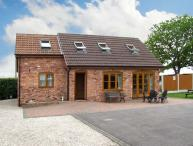 WHITEBORO LODGE, quality retreat, enclosed front lawn and patio, dog welcome, near Teversal and Matlock Ref 16938