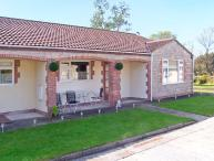 WORCESTER, wheelchair friendly cottage, wet room, off road parking, garden, in Burtle, Ref 19388