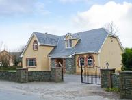 FERNWOOD, en-suites, enclosed garden, open fire, near Killarney, Ref 23404