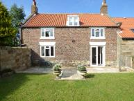 AIRY HILL OLD FAMRHOUSE, two woodburners, WiFi, en-suites, enclosed garden, in Whitby, Ref 915188