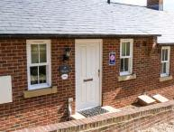 SLEEPERS, terraced cottage, overlooking railway, central location, off road parking, patio, in Whitby, Ref 906272
