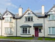 NO. 4 LANSDOWNE VILLAGE, modern, mid-terrace cottage, en-suite, enclosed patio, in Kenmare, Ref 916539