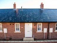 EVENING STAR COTTAGE, off road parking, WiFi, pet-friendly, in Whitby, Ref 920012