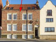 WHAT A VIEW AT QUAYSIDE APARTMENT, first floor, Grade II listed building, romantic retreat, harbour views, in Whitby, Ref 920191