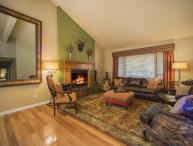 Lazy K Mountain Home - Immaculately decorated, private hot tub, close to free shuttle!