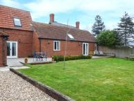 THE BARN IVY COTTAGE, open plan, two ground floor bedrooms, WiFi, garden with patio, in Kexby, Ref 922322