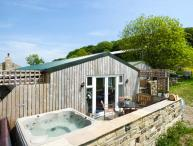 THE OLD PIGGERY, single-storey, detached wooden cabin, en-suite, WiFi, hot tub, in Haworth, Ref 916394