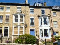 HIDDEN TREASURE, mid-terrace Victorian property with original fireplaces, WiFi, 5 mins walk from beach in Whitby, Ref 920458