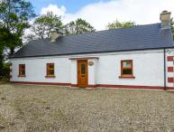 FERRYS, multi-fuel stove, close to the coast and golf, ground floor cottage near Portsalon, Ref. 917725