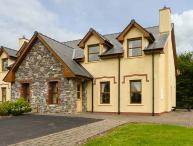 KENMARE BAY COTTAGE, semi-detached, open fire, en-suite, views of Kenmare Bay, Kenmare, Ref 927027