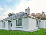 FARM VIEW COTTAGE, detached, open fire, multi-fuel stove, WiFi, private garden, Killarney, Ref 927678