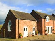 GREENACRES BARN, super king-size beds, WiFi, pet-friendly, spacious accommodation, near Alton Towers, Alton, Ref 931233