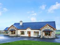 DOOLOUGH LODGE, pet-friendly, close to lough, en-suite, open fire, Killarney, Ref 933246