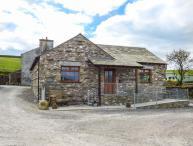 LITTLE CRAKE HOUSE, woodburner, working farm, walks from the door, near Kendal, Ref. 14607