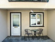 2 THE MEWS, close to beach and amenities, over three floors with ground floor bedroom, Lahinch, Ref 938981