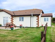 BROOM COTTAGE, bungalow, countryside views, close to Donkey Sanctuary, Sidmouth, Ref 905337