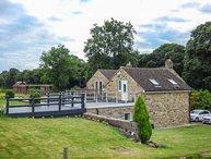 POACHER'S REST, romantic retreat, lawned garden and terrace, pet-friendly, in Rowsley, Matlock, Ref 941567