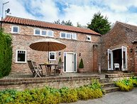 MANOR FARM COTTAGE, beautiful barn conversion, character beams, close to York, in Holtby, York, Ref 941452