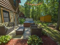 Conveniently located log cabin with outdoor hot tub!