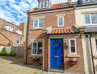 OYSTERCATCHER COTTAGE, modern, dog-friendly, enclosed courtyard, in Whitby, Ref: 933446