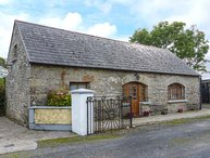 MONEEN COTTAGE, detached barn conversion, en-suite bedrooms, off road parking, Roscrea, Ref 946487