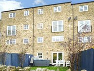 PINNACLE VIEW, modern and spacious, hot tub, pet-friendly, in Cowling, Keighley, Ref 945327